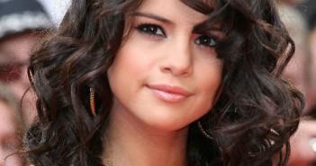 Selena Gomez Sensual Short Wavy Curls