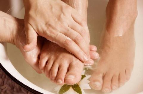 Vinegar for Cracked Heels